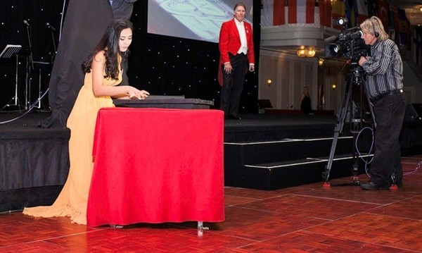 Nguyễn Thị Loan vẽ tranh cát trong đêm Gala từ thiện Hoa hậu Thế giới. Ảnh: Miss World