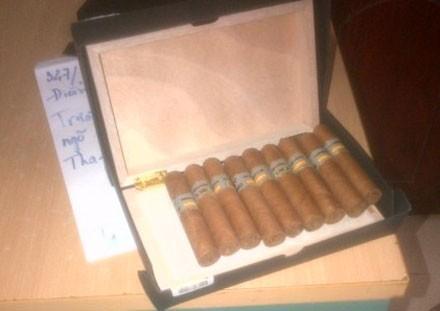 Đội QLTT số 1 tiến hành bắt giữ hơn 500 điếu xì gà nhập lậu.