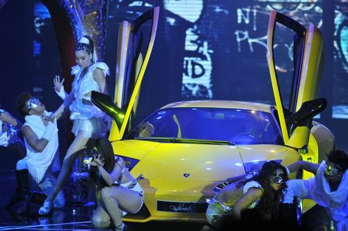 Hình ảnh Hồ Ngọc Hà mang siêu xe lên sân khấu số 4