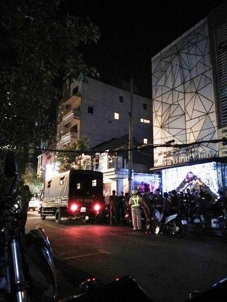 Cảnh sát bao vây để kiểm tra vũ trường 02 Gold Club vào rạng sáng 28/12