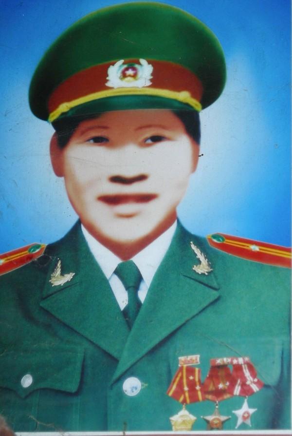 Di ảnh Thiếu úy Triệu Văn Phong.