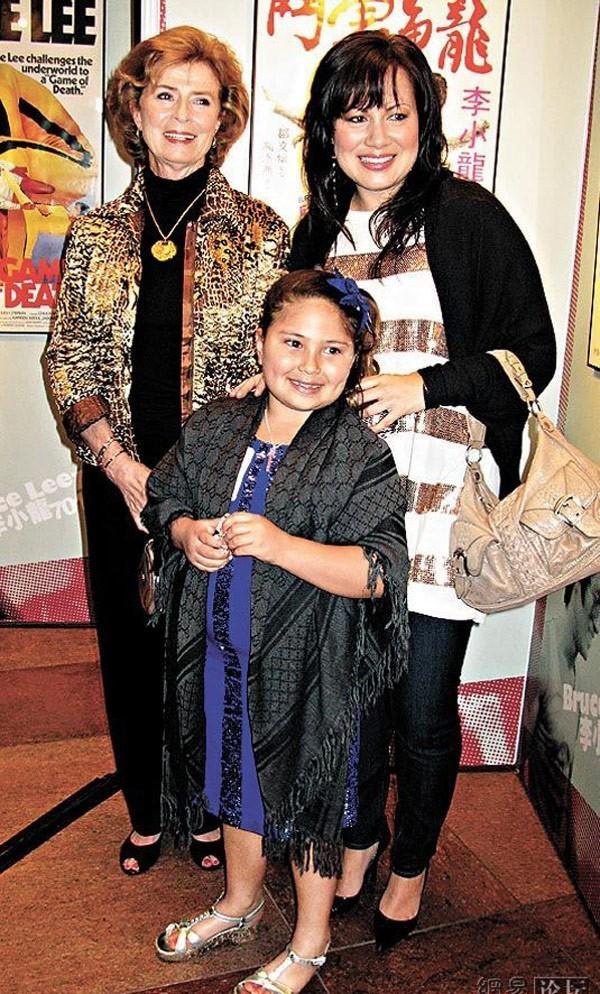 Lý Hương Ngưng cùng mẹ - bà Linda và con gái trở về Hong Kong tham gia sự kiện Lý Tiểu Long.