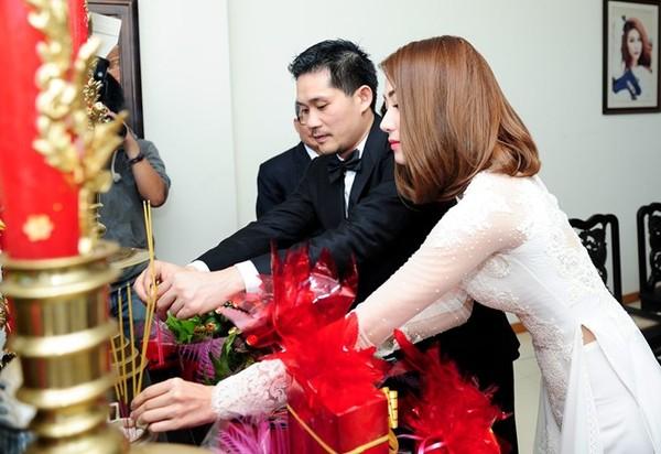 Ngân Khánh và ông xã Việt kiều hôn say đắm tại lễ rước dâu