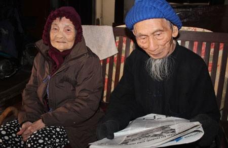 Dù đã 106 nhưng cụ Cao Viễn vẫn còn có thể đọc báo, làm thơ, viết nhật ký mỗi ngày