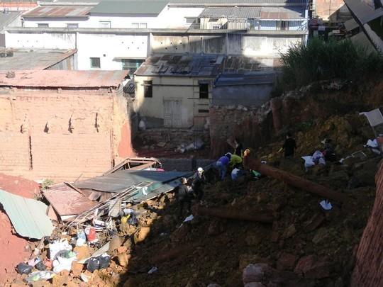 Chủ ngôi nhà bị sập đang tiến hành đào bới để mong cứu vớt những vật dụng còn dùng được.