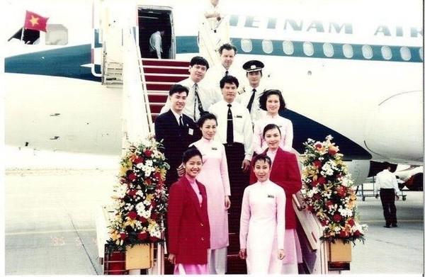 áo-dài, trang-phục, tiếp-viên, hàng-không, Vietnam-Airlines, máy-bay, tranh-cãi, đồng-phục