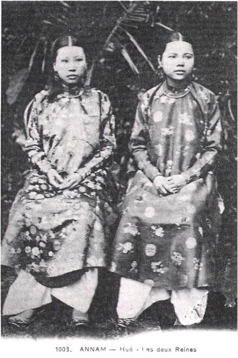 Chân dung hai hoàng hậu Tiên Cung (vợ trước) và Thánh Cung (vợ sau) của vua Đồng Khánh