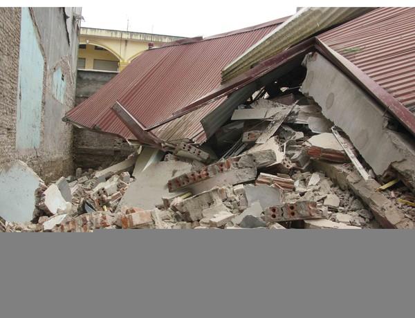Hiện trường ngôi nhà 3 tầng bị đổ sập hoàn toàn. Ảnh Dương Trí-TTXVN