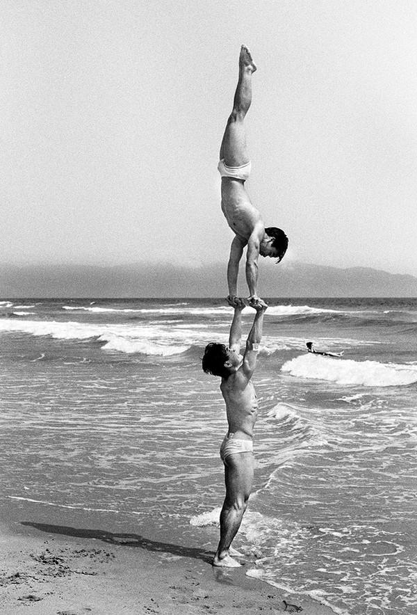 """Hai thanh niên biểu diễn tiết mục """"trồng chuối"""" - Ảnh chụp năm 1992 tại bãi biển Đà Nẵng"""