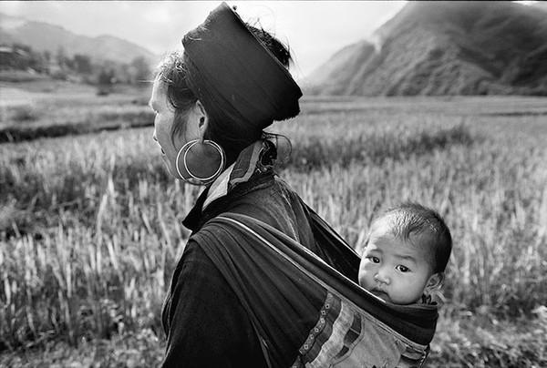 """Người mẹ """"địu""""con trên lưng - Ảnh chụp năm 2003 tại Sapa, Lào Cai"""