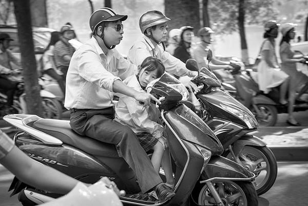 Xe cộ lưu thông nhộn nhịp lưu thông trên đường phố Hà Nội - Ảnh chụp năm 2014