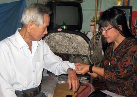 Ánh Tuyết với cố nhạc sỹ Thanh Bình. Không những sống rất lạc quan, Ánh Tuyết còn rất quan tâm đến những người xung quanh, nhất là những người kém may mắn hơn mình.