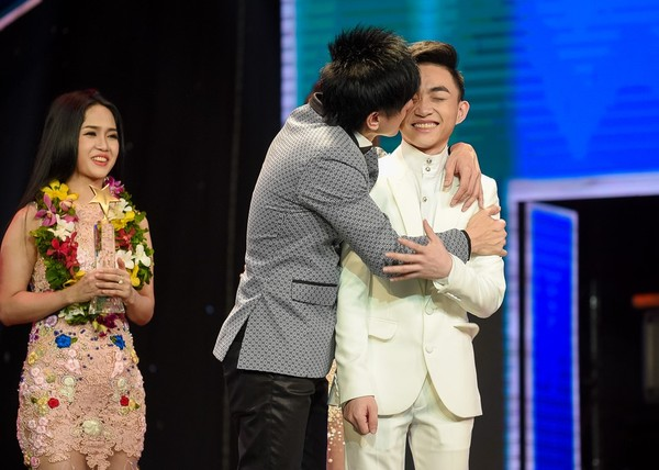 Trung Quang nhan mat khi Dan Truong hon luc dang quang hinh anh 2