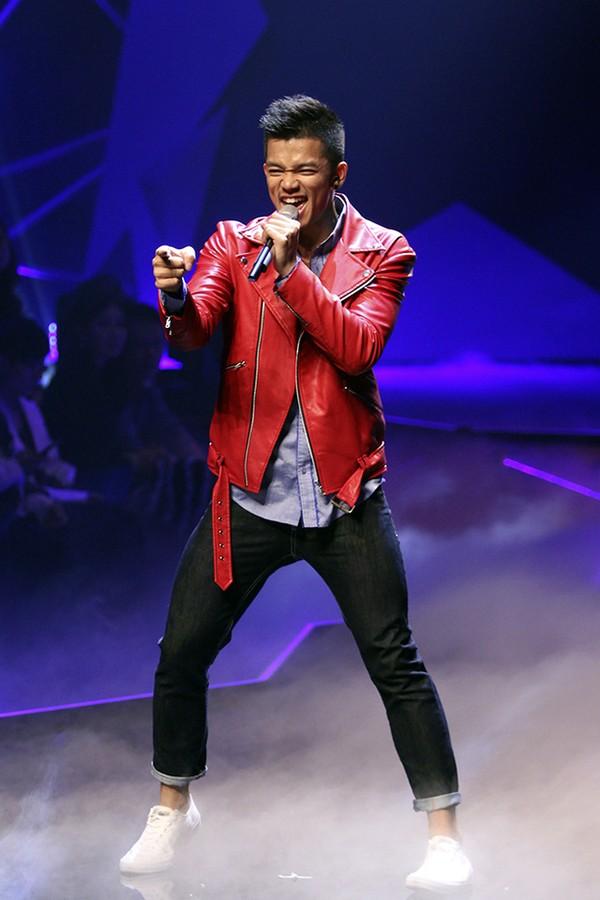 Quán quân Vietnam Idol Trọng Hiếu trình diễn một tiết mục sôi động trước giờ công bố kết quả.