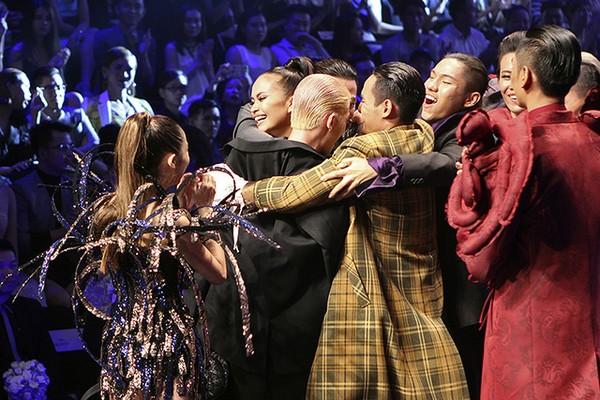 Bạn bè cùng chúc mừng cho chiến thắng của Ngọc Châu