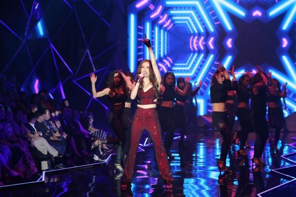 Mở màn đêm chung kết Next Top Model 2016 tối 2/10 là màn kết hợp giữa ca sĩ Hoàng Thuỳ Linh và top 14 thí sinh.