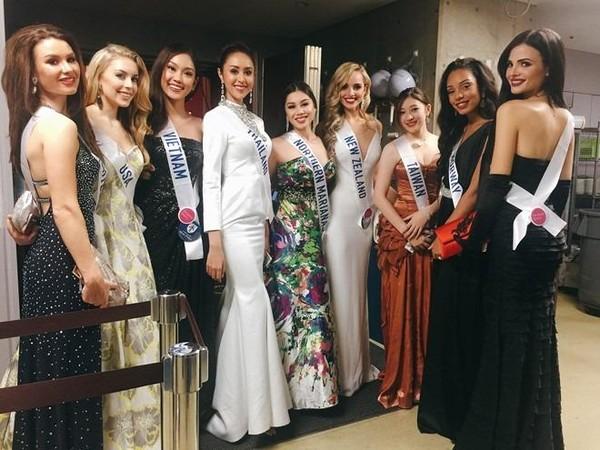 Phương Linh cùng các người đẹp Nam Phi, Sri Lanka, Thụy Điển tại Nhật ngày 11-10. Ảnh: FBNV