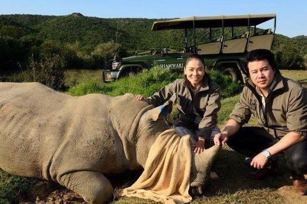 Hai ca sĩ Thu Minh, Thanh Bùi kêu gọi bảo vệ loài động vật hoang dã tê giác. Ảnh TTO