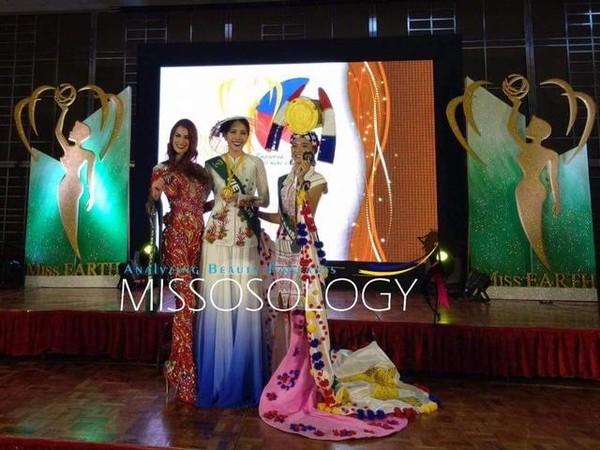 Nam Em (giữa) giành huy chương vàng phần thi Hoa hậu ăn ảnh nhất tại Hoa hậu Trái đất 2016. Ảnh DÂN TRÍ