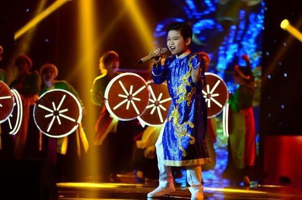 Với 36,09% bình chọn từ khán giả, giọng ca nhí Trịnh Nhật Minh trở thành quán quân Giọng hát Việt nhí 2016. Ba thí sinh còn lại Thụy Bình, Mai Anh và Milana đồng là Á quân. Ảnh TTO