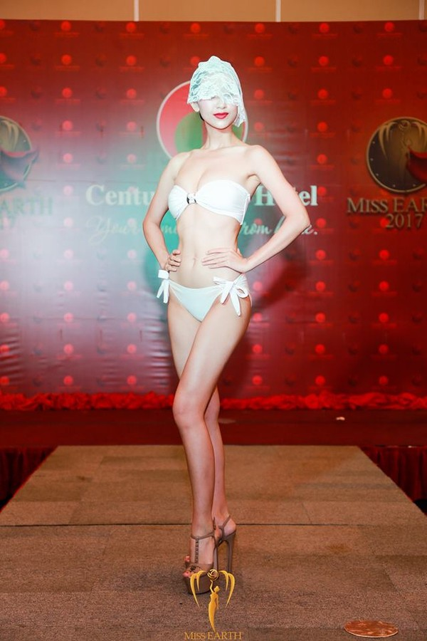 Lê Thị Hà Thu trình diễn áo tắm tại cuộc thi Hoa hậu Trái đất 2017, tối 18/10.