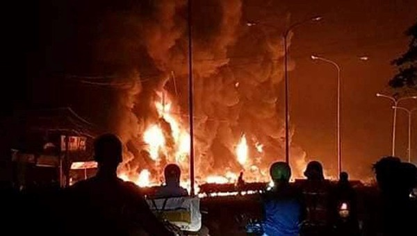 Xe bồn chở dầu lao vào nhà dân bốc cháy, 6 người chết - ảnh 1