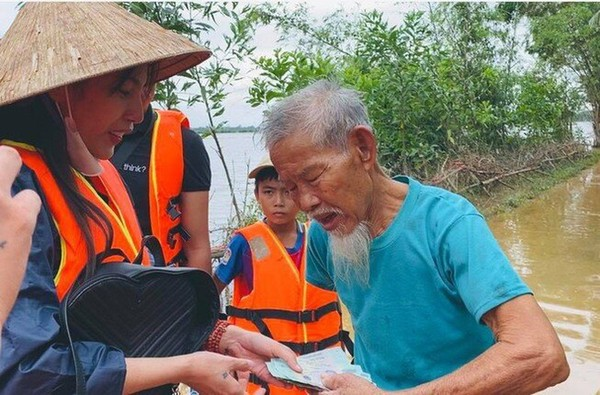 Thủy Tiên-Công Vinh tiếp tục cứu trợ người dân miền Trung - ảnh 5