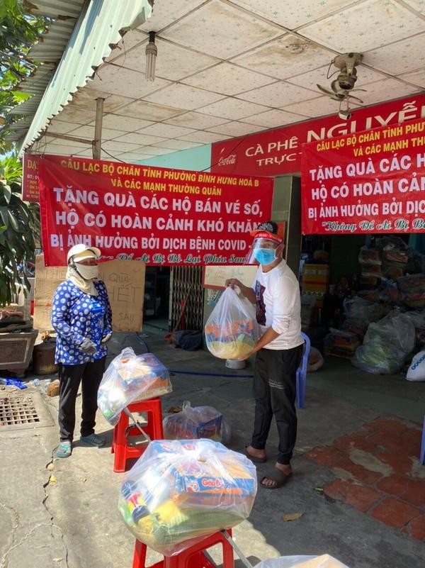 Bình Tân: 1.100 phần quà đến tay người nghèo bán vé số - ảnh 1