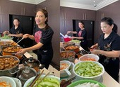 Trương Ngọc Ánh cùng mẹ nấu cơm ủng hộ bác sĩ, bệnh nhân khu cách ly