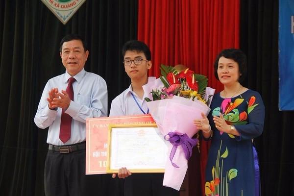 Lãnh đạo tỉnh Quảng Trị tặng hoa và quà cho em Phạm Huy.
