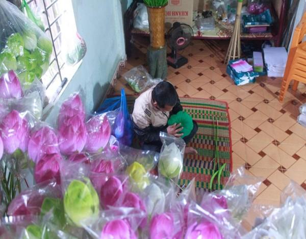 Cách trung tâm thành phố Huế 10 km, làng hoa giấy Thanh Tiên đang rộn rã vào vụ để phục vụ khách dịp Tết.