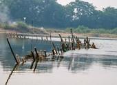 Người dân dựng 'trận địa' chống tàu cát trên sông Bồ