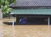 Lũ lịch sử, nhiều nơi ở thị trấn Lao Bảo vẫn chìm trong nước