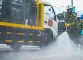 Đoàn xe quân đội phun thuốc khử trùng tại quận Sơn Trà