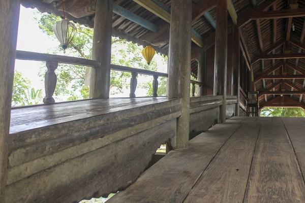 """Bên cạnh giá trị văn hóa, lịch sử, cầu ngói Thanh Toàn còn có """"nhiệm vụ"""" đón nhận rất nhiều lượt người qua về trên cầu, nhất là trong các dịp lễ, tết, Festival. 1"""