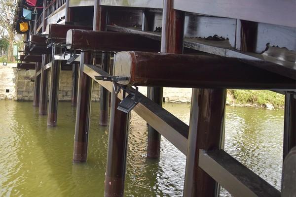Cầu có chiều dài 17m và chiều rộng 4m, hai bên thân cầu có hai dãy bục gỗ và lan can để ngồi tựa lưng. Trên cầu có mái che, lợp ngói ống tráng men chia làm 7 gian. 2