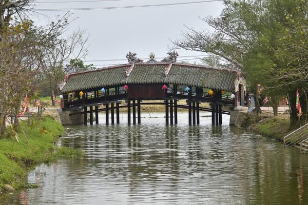 Sau một thời gian trùng tu, cầu ngói Thanh Toàn - cây cầu 245 năm tuổi ở Thừa Thừa Thiên - Huế đã hoàn tất, chờ bàn giao và chính thức đưa vào sử dụng. 2