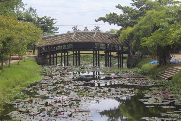 Sau một thời gian trùng tu, cầu ngói Thanh Toàn - cây cầu 245 năm tuổi ở Thừa Thừa Thiên - Huế đã hoàn tất, chờ bàn giao và chính thức đưa vào sử dụng. 1