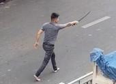 Va chạm giao thông, thanh niên cầm kiếm dài tìm đối thủ
