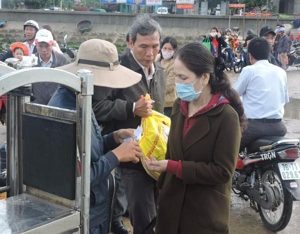 Hành khách bị mắc kẹt ở Lý Sơn do biển động.