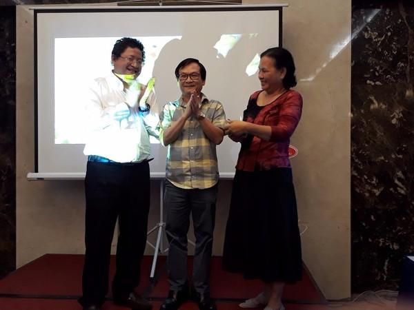 Nhà văn Nguyễn Nhật Ánh với vợ (phải) và ông Nguyễn Minh Nhựt (trái)