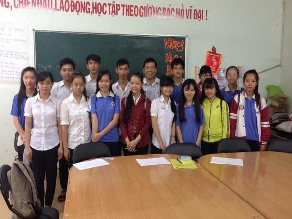 hầy Nguyễn Văn Cải (ở giữa) trong buổi gặp gỡ và trao học bổng