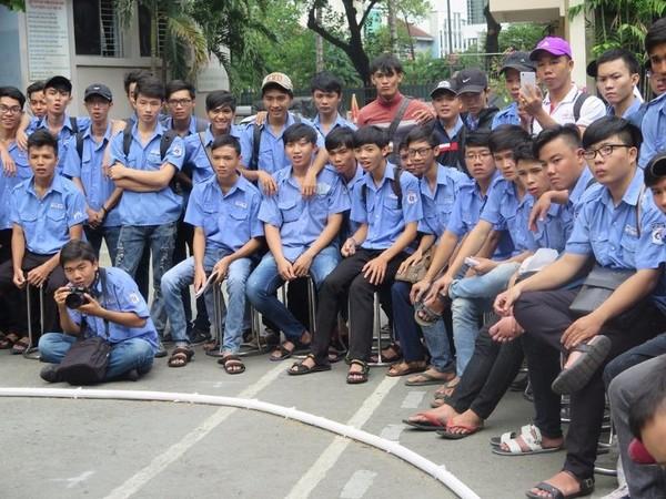 Rất đông sinh viên theo dõi và cổ vũ cho các đội thi