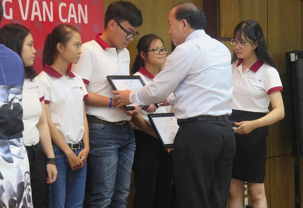 Ông Hà Hữu Phúc, giám đốc  cơ quan đại diện của Bộ GD&ĐT tại TP.HCM trao chứng nhận học bổng cho các sinh viên
