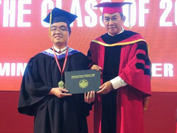 Em Lê Huỳnh Minh Triết nhận bằng tốt nghiệp và chụp hình kỷ niệm với Hiệu trưởng Hồ Thanh Phong tại buổi lễ