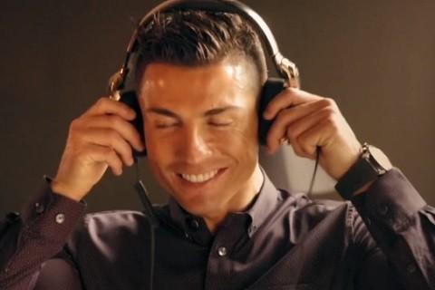 Hình ảnh trong đoạn clip chế, Ronaldo về nước đóng MV với Hương Tràm. - Tin sao Viet - Tin tuc sao Viet - Scandal sao Viet - Tin tuc cua Sao - Tin cua Sao