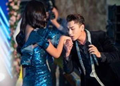 Issac bất ngờ hôn tay Hoa hậu Tiểu Vy tại sự kiện sắc đẹp