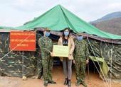 Lương Thùy Linh thăm và tặng quà chiến sĩ bộ đội biên phòng