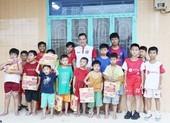 Nguyễn Hồng Sơn cùng học trò đội mưa trao bánh trung thu
