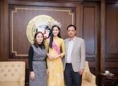 Hoa hậu Đỗ Thị Hà xúc động bật khóc trong ngày về thăm trường